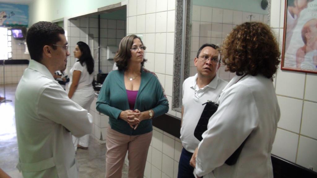 Cláudia Beatriz e Fernando Cabral, conversam com os médicos do Hospital Regional de Ouricuri.